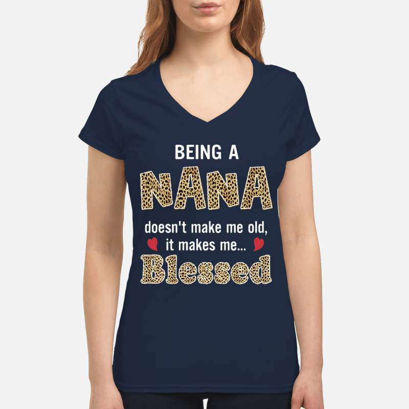 Being a Nana doesn't make me old it makes me blessed V-neck t-shirt
